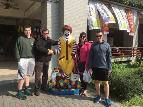 The Hoons make the acquaintance of an American Marketing Icon who they happened to run into at the Taipei Zoo.